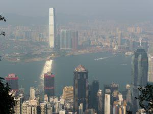 Gut vom Sonnenlicht reflektiert: das International Commerce Center - höchstes Gebäude von Hongkong (484 m, 118 Etagen)