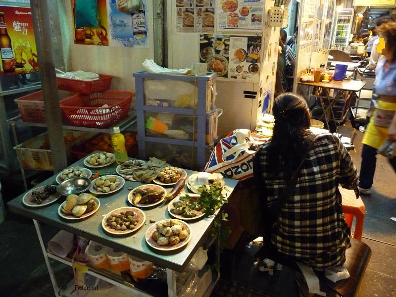 Straßenrestaurant - und der Koch bereitet vor!