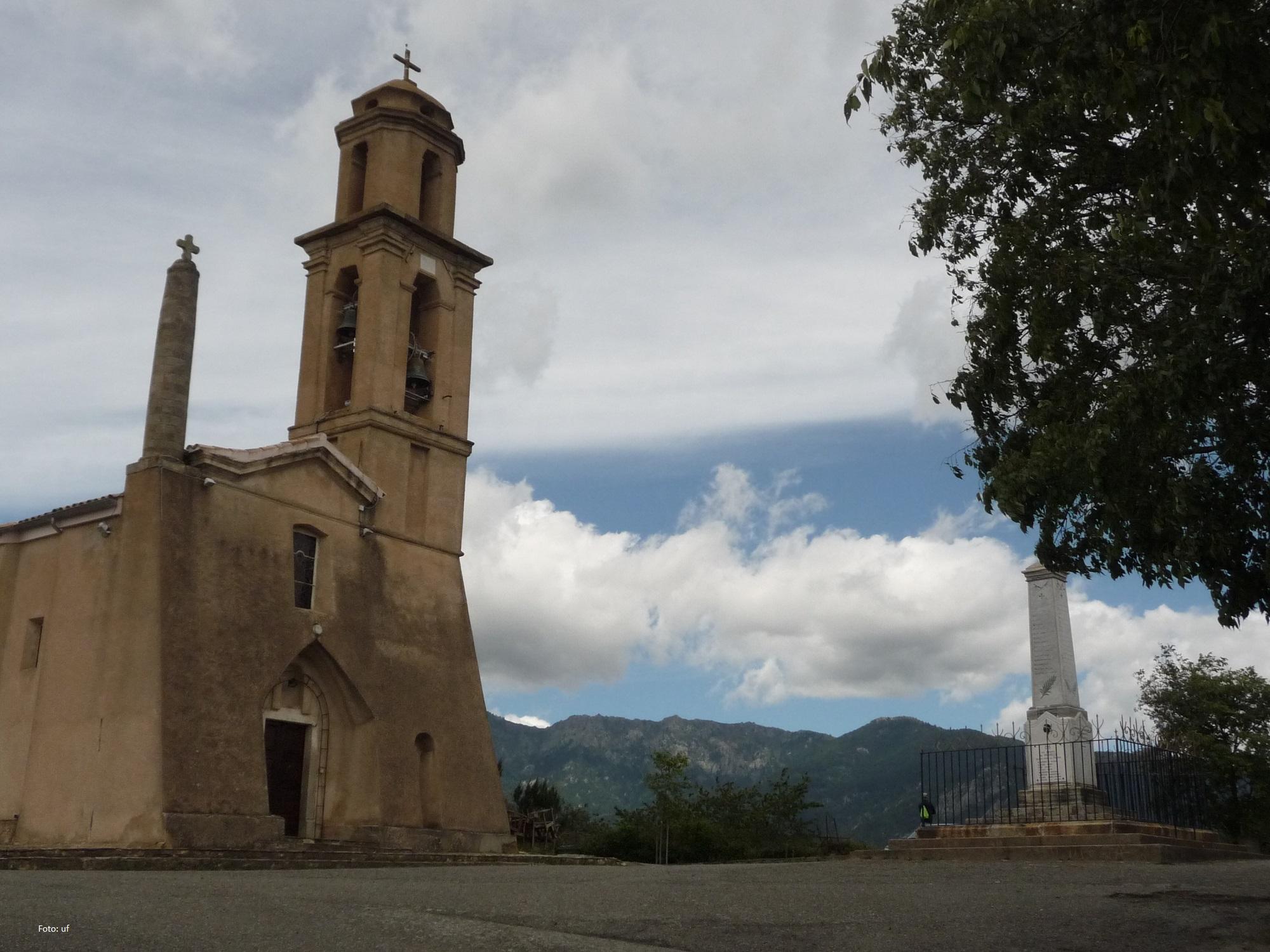 Richtung Süden auf Korsika, bei Ghisonacchia im Hinterland - Im Dorf Prunelli-di-Fiumorbo (Prunelli-di-Fium'Orbu)