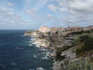 Die Oberstadt von Bonifacio liegt auf einem 60 m hohen Kreideplateau