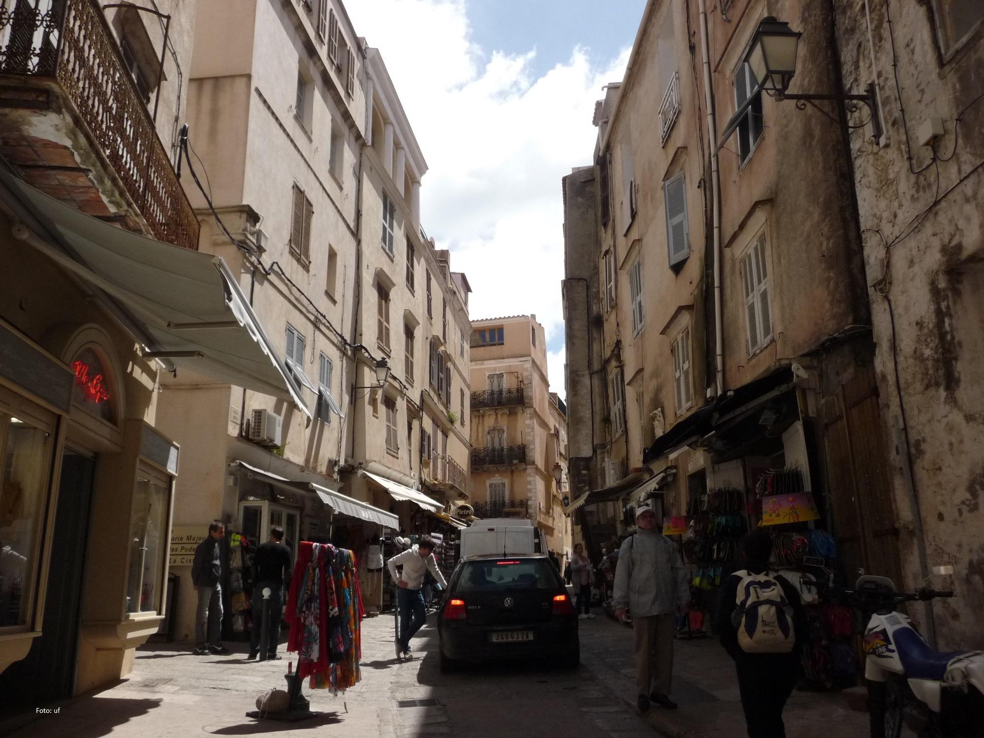 In den belebten Gassen der Altstadt von Bonifacio unterwegs