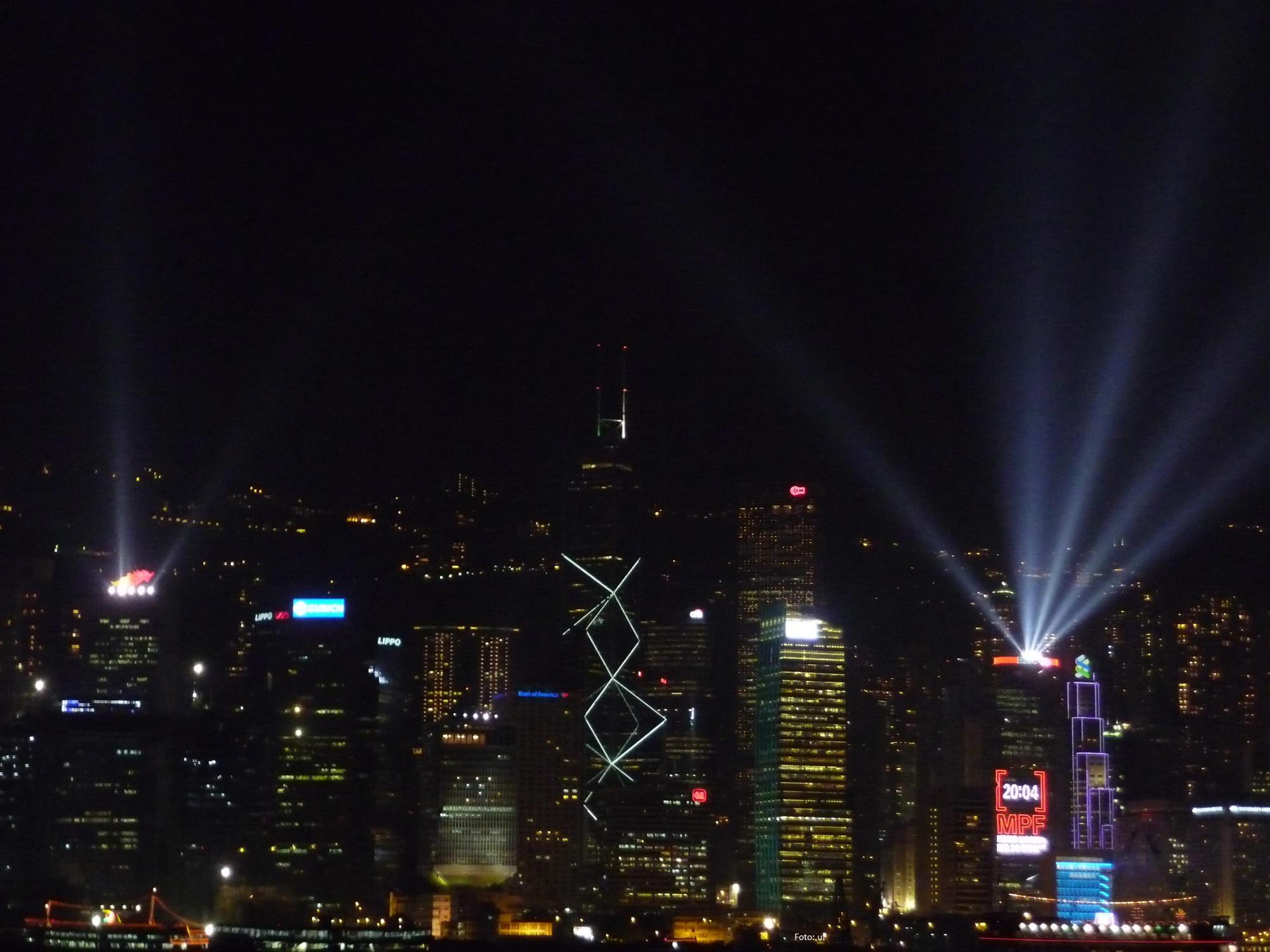 Blick nach Hong Kong Island - die Lichtershow findet allerdings auch auf der Kowloonischen Seite statt - am besten man fährt auf den Peak um das ganze Spektakel zu sehen