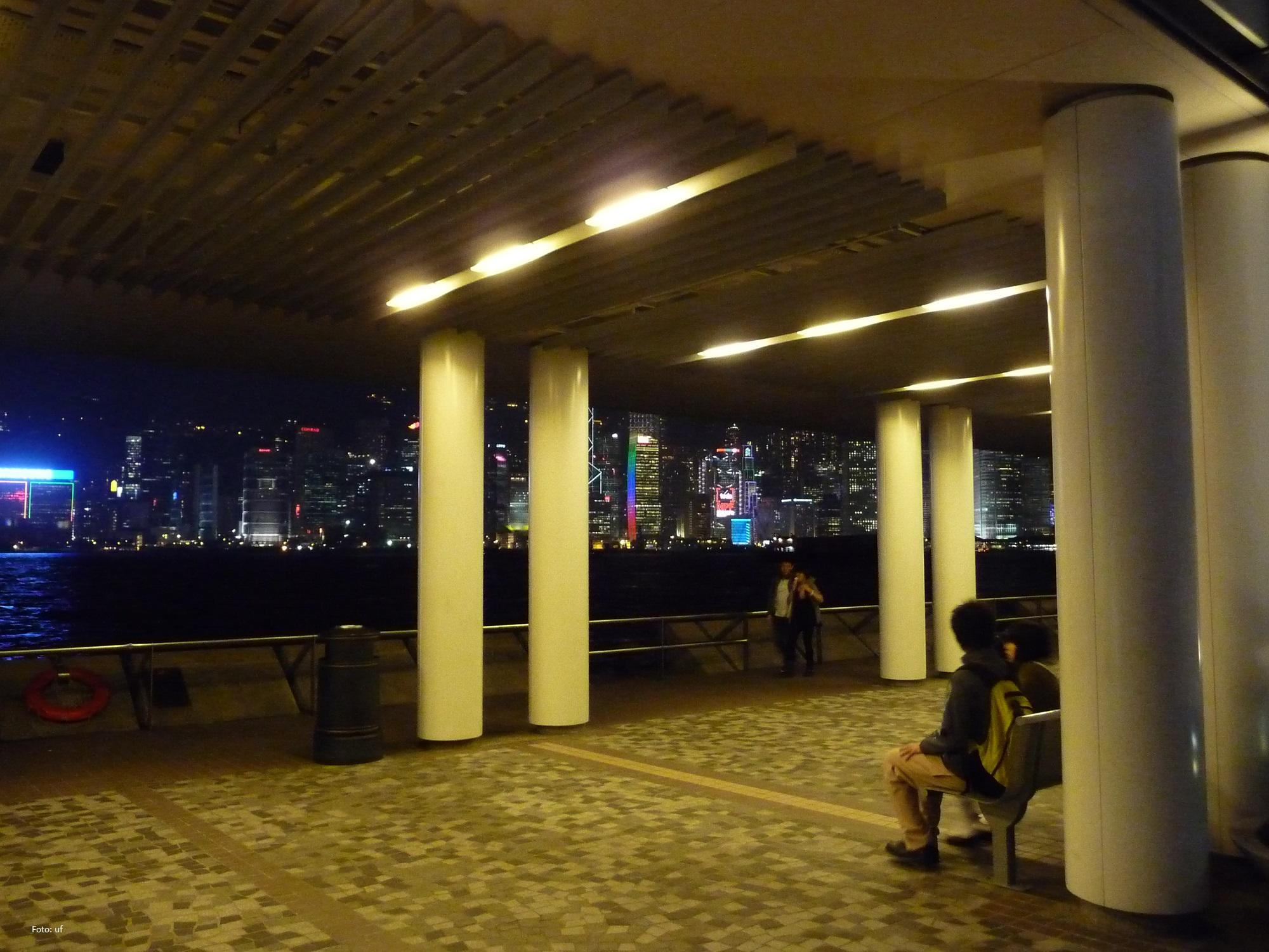 Vom Cultural Centre im Stadtteil Tsim Sha Tsui hat man eine herrliche Aussicht auf Hong Kong Island