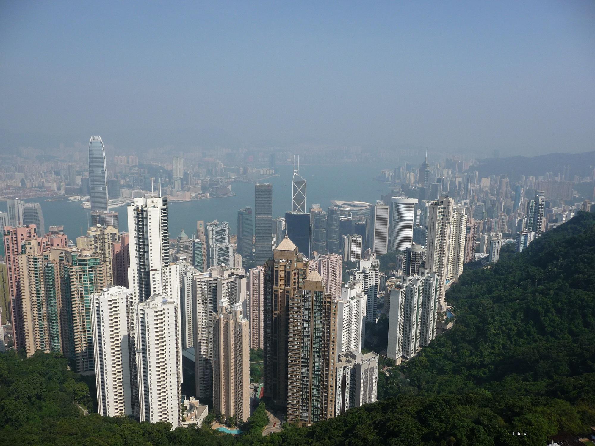 Schöner Blick auf die Wolkenkratzer von Hong Kong Island, auf der anderen Seite der Meerenge (Victoria Harbour) ist Kowloon zu sehen