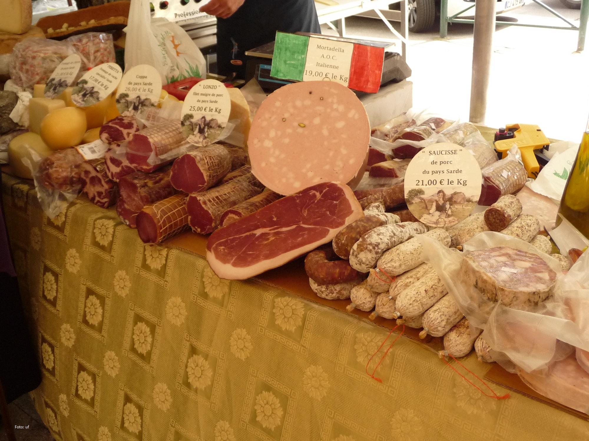 Auf dem Markt von Sartène - auch Importe werden feilgeboten