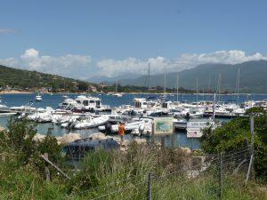 An der Küste gibt es immer wieder viele kleine schöne Buchten mit einladenden Häfen, Ortschaften
