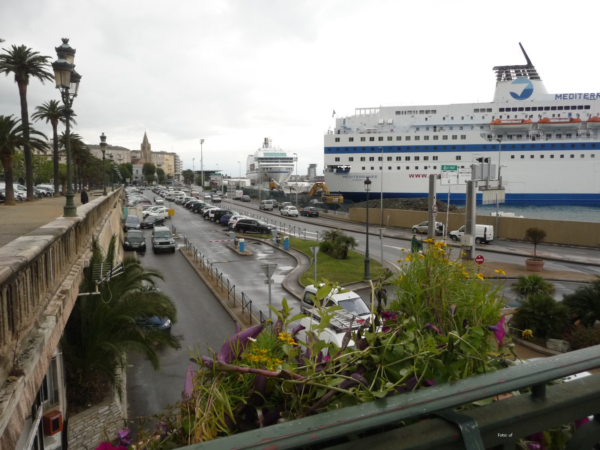 Man kann auch mit der Fähre nach Korsika reisen, z. B. von Genua, Livorno, Nizza, Piombino, Portoferraio, Savona, Toulon