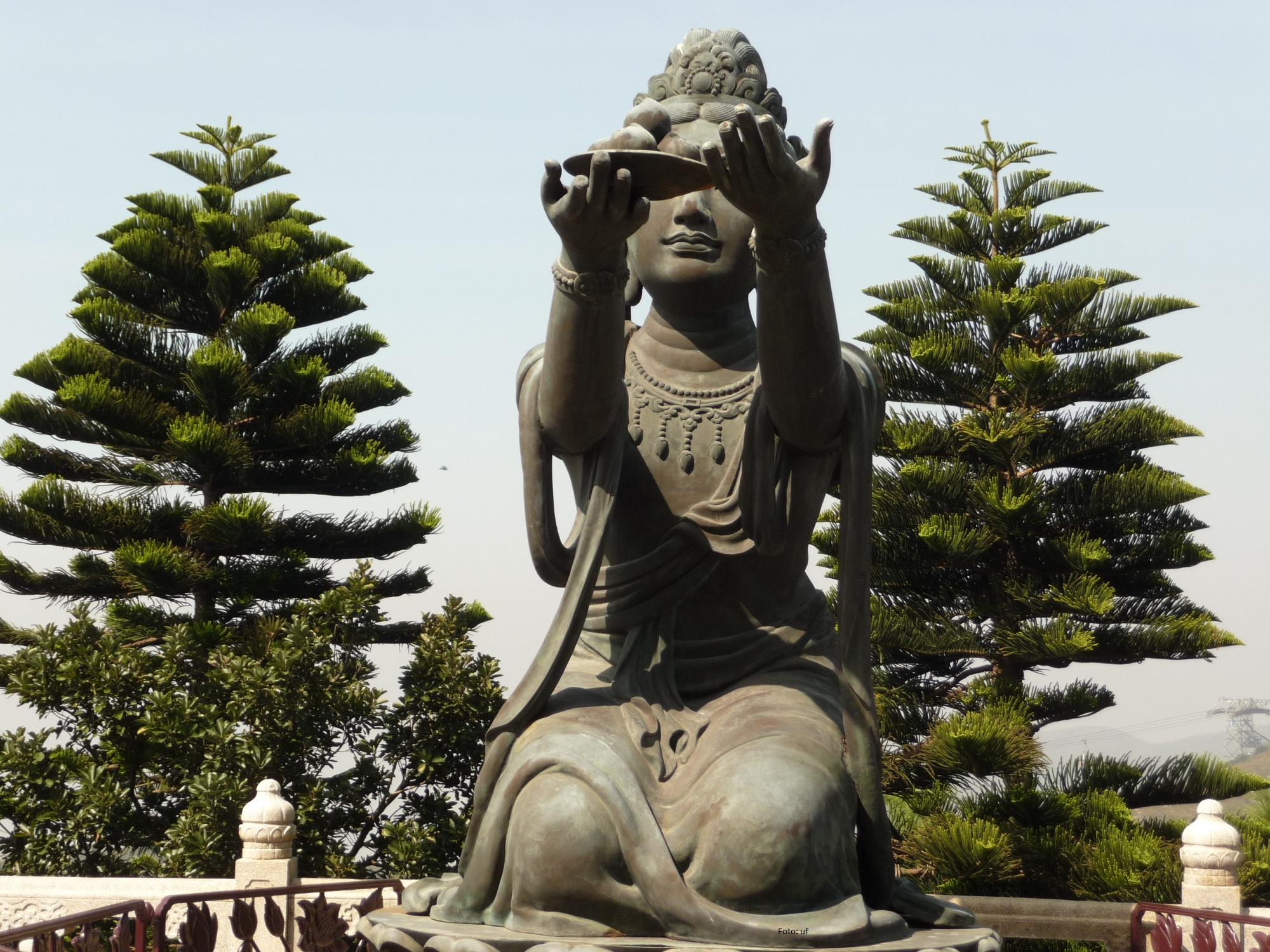 Bronzestatuen, die dem Buddha symbolische Gegenstände entgegen halten