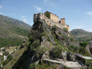 Auf dem Felsen thront die Zitadelle