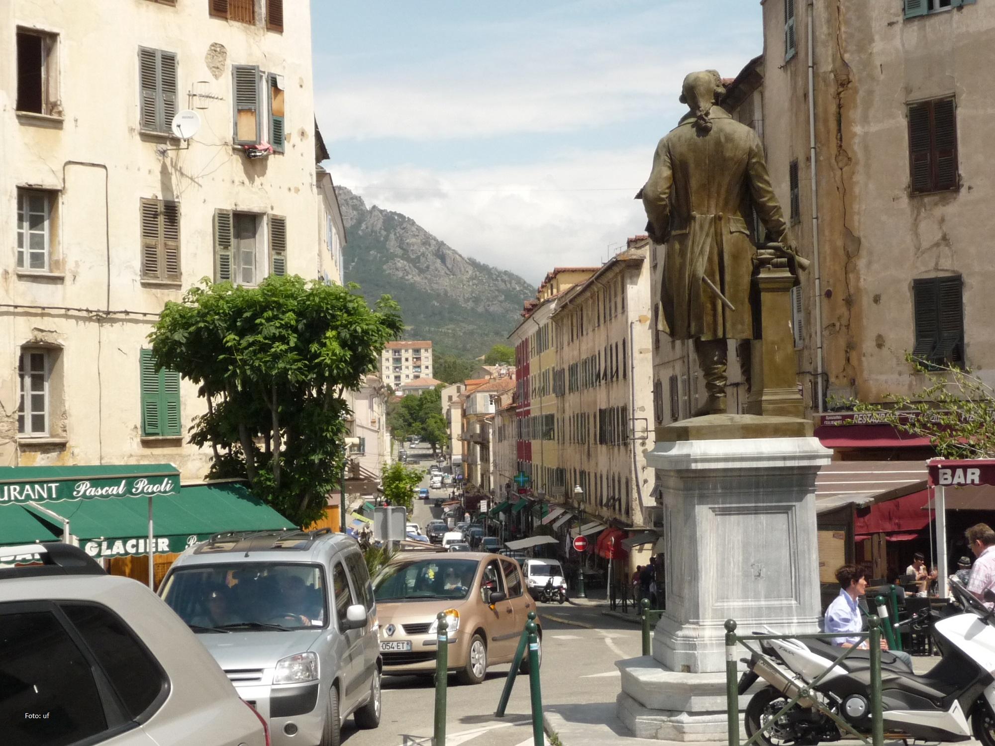 Im Vordergrund die Bronzestatue von Jean-Pierre Gaffori, korsischer Unabhängigkeitskämpfer (leider nur von hinten)
