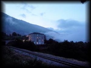 Nebel zieht durch die Berge