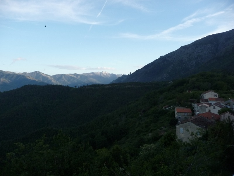Dämmerung über den Bergdörfern Korsikas