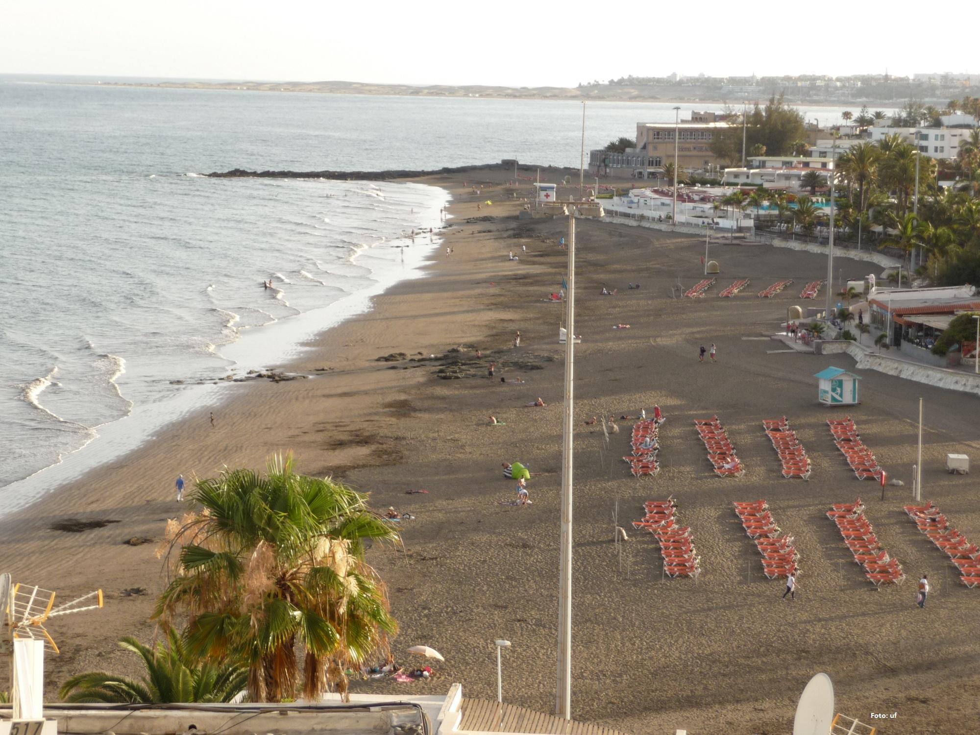 Im Hintergrund das Hotel San Augustin Beach Club