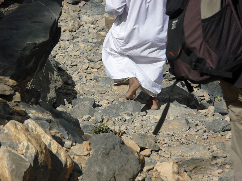 Nur der Wanderführer geht barfuß! Am Jebel Shams, Oman.
