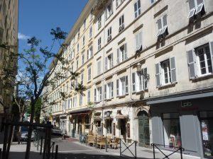 Schöne Straßen mit Cafès und Geschäften in Bastia