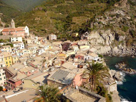 Blick über eines der fünf Dörfer der Cinque Terre an der Italienischen Riviera.