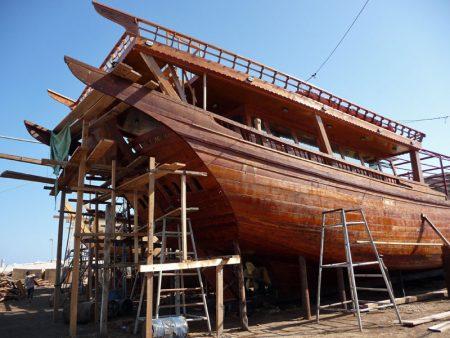 Schiffbautradition in Sur auf der Dhau-Werft (Oman).