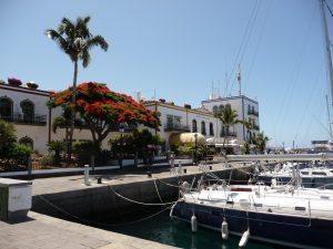 """Am Hafen in """"Klein-Venedig"""", im Hintergrund das Hotel The Puerto de Mogàn"""