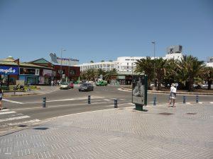 """Blick auf das Shoppingcenter """"Varadero"""", die weißen Gebäude im Hintergrund gehören zum Hotel Riu Palace Meloneras Resort"""