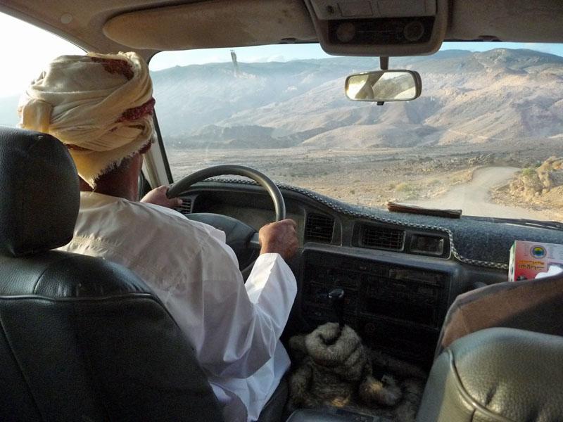 Fahrt auf den unbefestigten Pisten in der Gebirgswelt des Jebel Shams im Oman