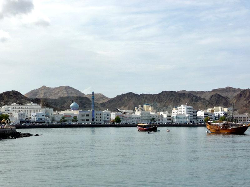 Muscat, die Hauptstadt Omans. Blick über die Bucht in die Altstadt.