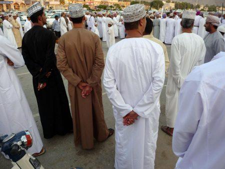 Die Männer tragen ihre traditionelle, alltägliche Kleidung: eine dishdasha (ein langärmliges, hemdähnliches Gewand), die Kopfbedeckung: eine Kumah (Oman).