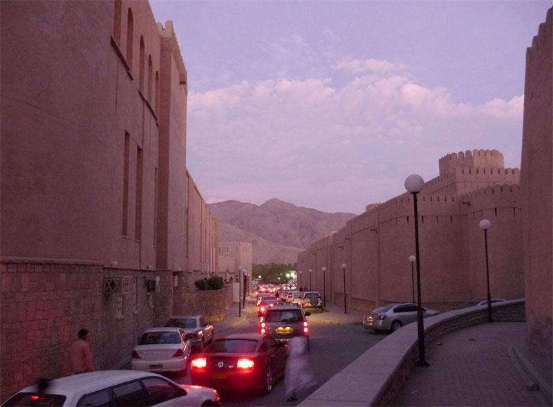 Nizwa ist eine Oasenstadt am Rand des Hadschar-Gebirges im Oman.