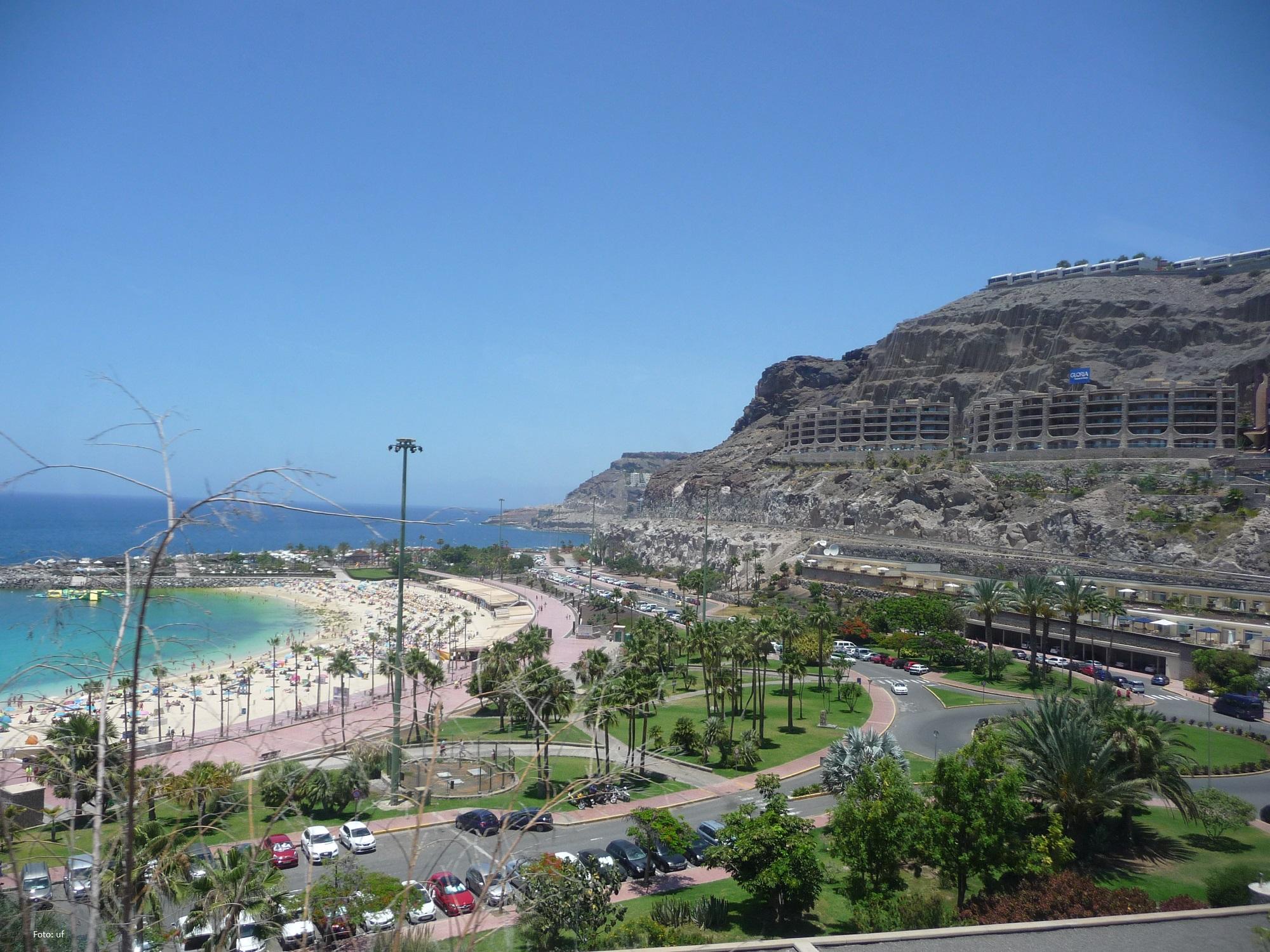 Playa Amadores mit Blick zum Gloria Palace Royal Hotel & Spa