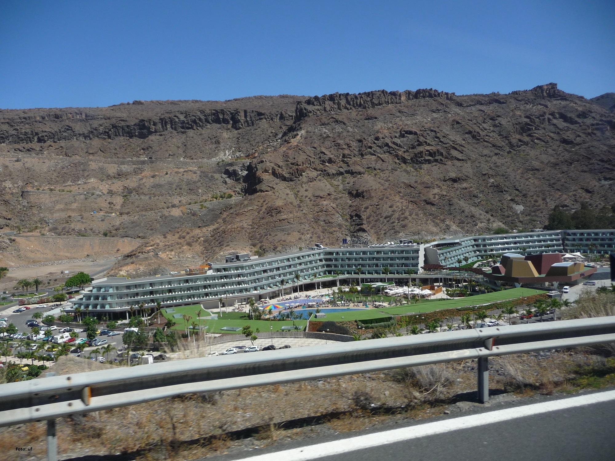 In der Bucht von Puerto de Mogàn fährt man an dem neu gebauten 5-Sterne-Hotel Radisson Blu Resort & Spa vorbei