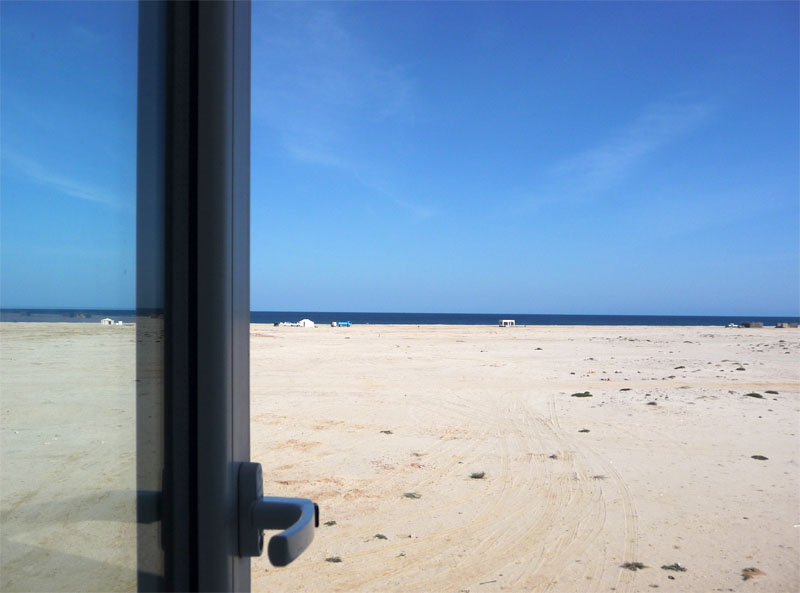 Blick aus dem Hotelfenster auf den Strand von Ras Al Hadd (Oman).