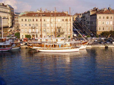 Blick von der Fähre in den Hafen von Rijeka (Kroatien).
