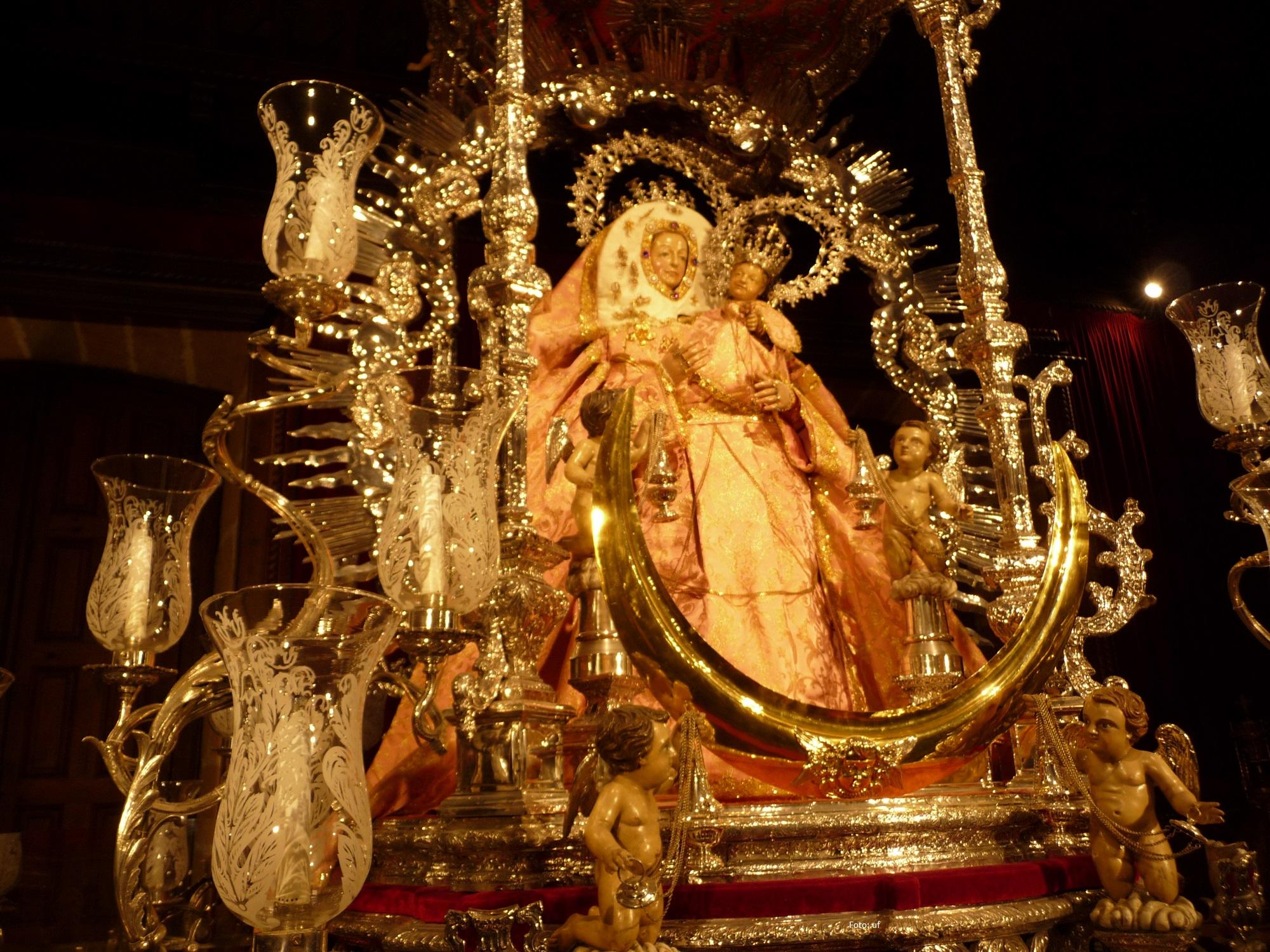 In der Basilica de Nuestra Senora del Pino die überreich geschmückte Statue der Jungfrau Maria