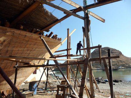 Dhau-Werft in Sur (Oman). Hier werden Dhau, die traditionellen Segelschiffe dieser Region, immer noch in Handarbeit gefertigt.