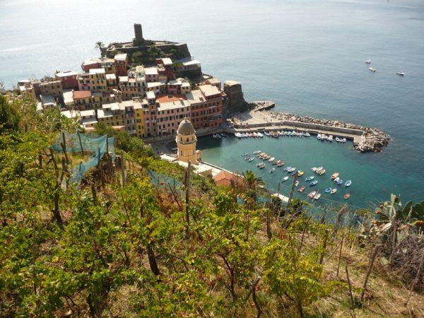 Blick auf Vernazza mit Hafen an der Italienischen Riviera.