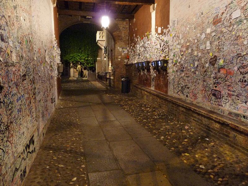Der Zugang zum Balkon der Julia in Verona ist gespickt mit tausenden Briefen und Wünschen Verliebter.