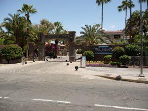 Gepflegte Hoteleinfahrt zu den Villa Eden Appartements und dem Seaside Grand Hotel Residencia