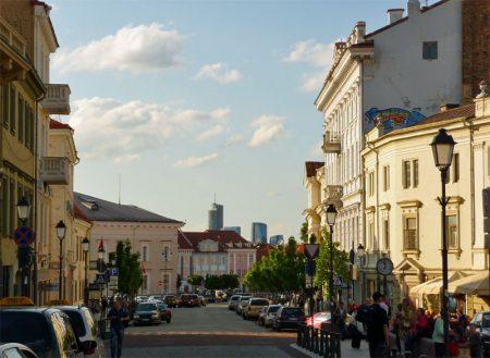 Die Litauische Hauptstadt Vilnius in sanftes Abendlicht getaucht.