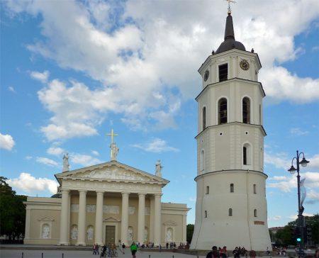 Kathedrale St. Stanislaus mit Glockenturm in der Hauptstadt von Litauen.