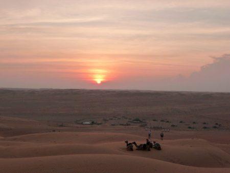 Sonnenuntergang über der Wüste Wahiba Sands (Oman).